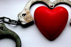 تصویر قلب و دستبند برای توضیح هم وابستگی